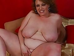 Gorgeous huge brunette momma sticks large didlo up her twat