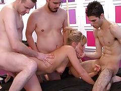 Blonde tres chaude aime les claques sur les fesses !